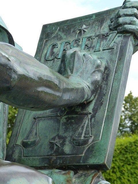 was ist legal? Justitia Skulptur